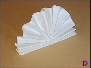 Популярный и изящный способ складывания салфеток Настольный веер